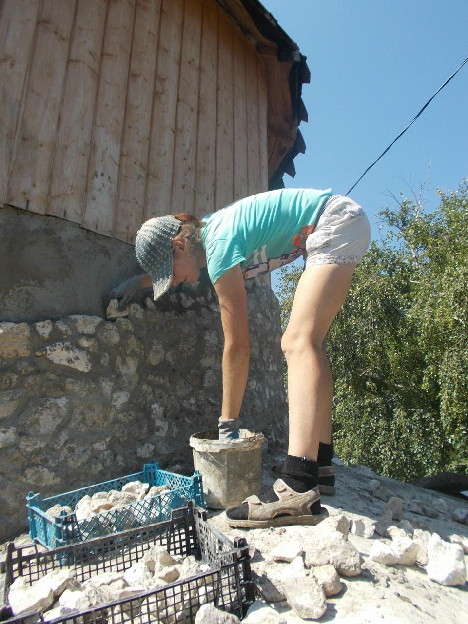 Камешки на стенке