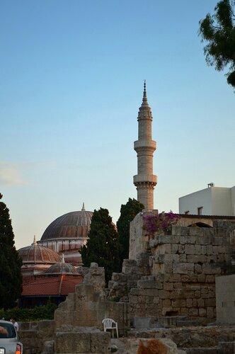 Мечеть Сулеймана и минарет в старом городе Родоса