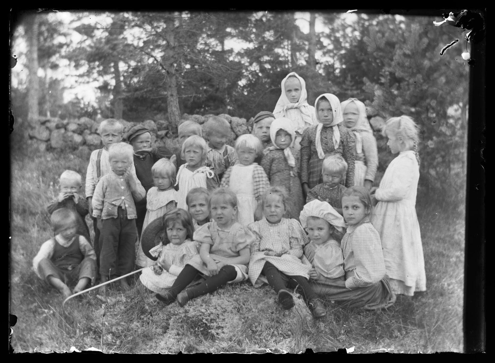 Местное население и дети из усадьбы