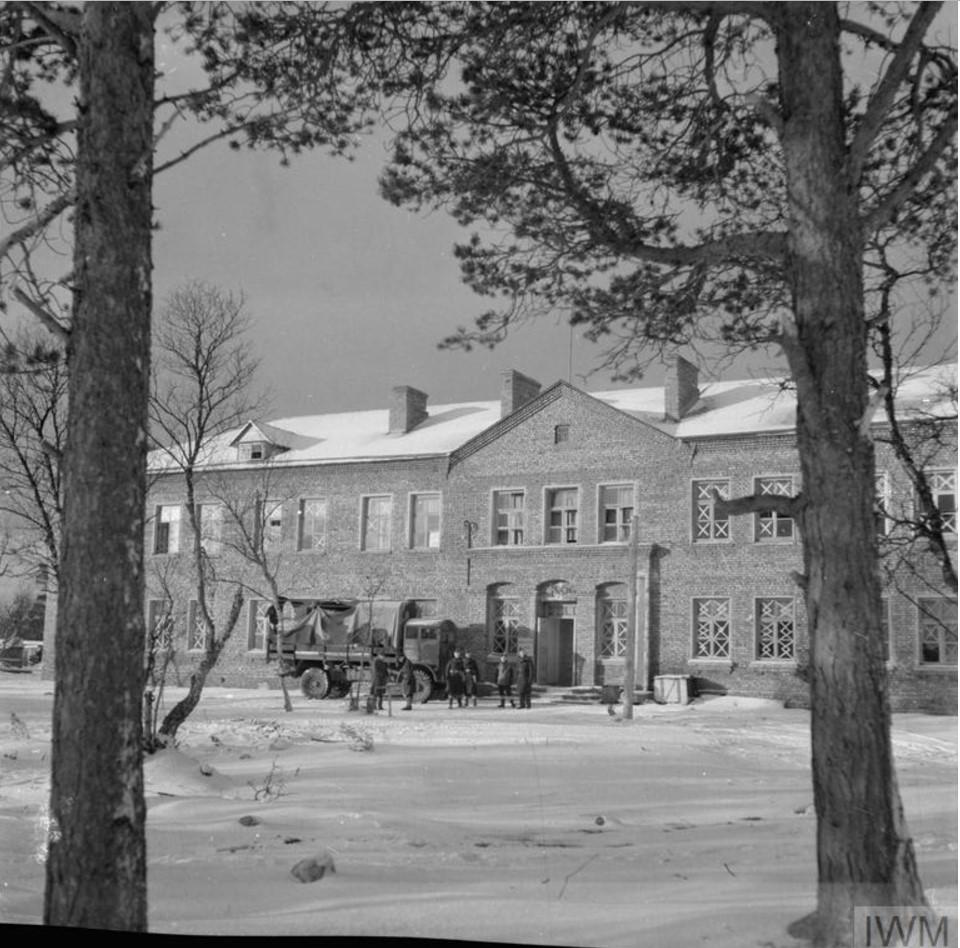 Вид штаб-квартиры британских ВВС и спальных помещений в Ваенге. Британские военнослужащие называли эту резиденцию «Кремлём»
