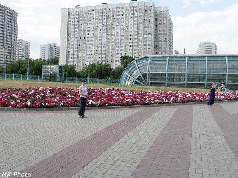 У входа на станцию 'Славянский бульвар'