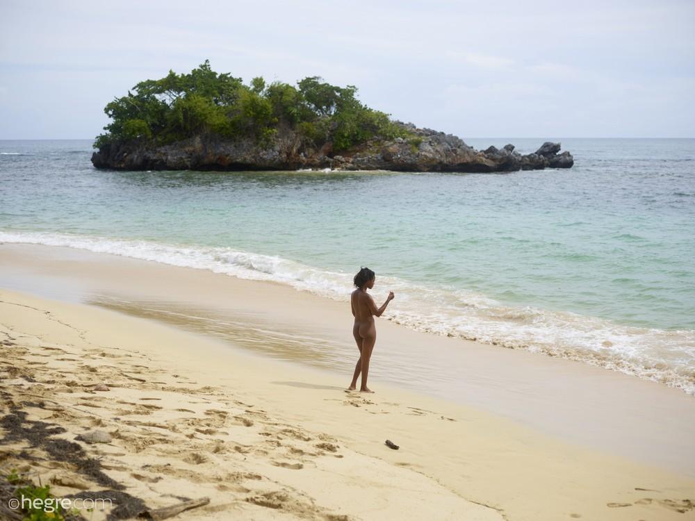 Грудастая негритянка Kiky на пляже
