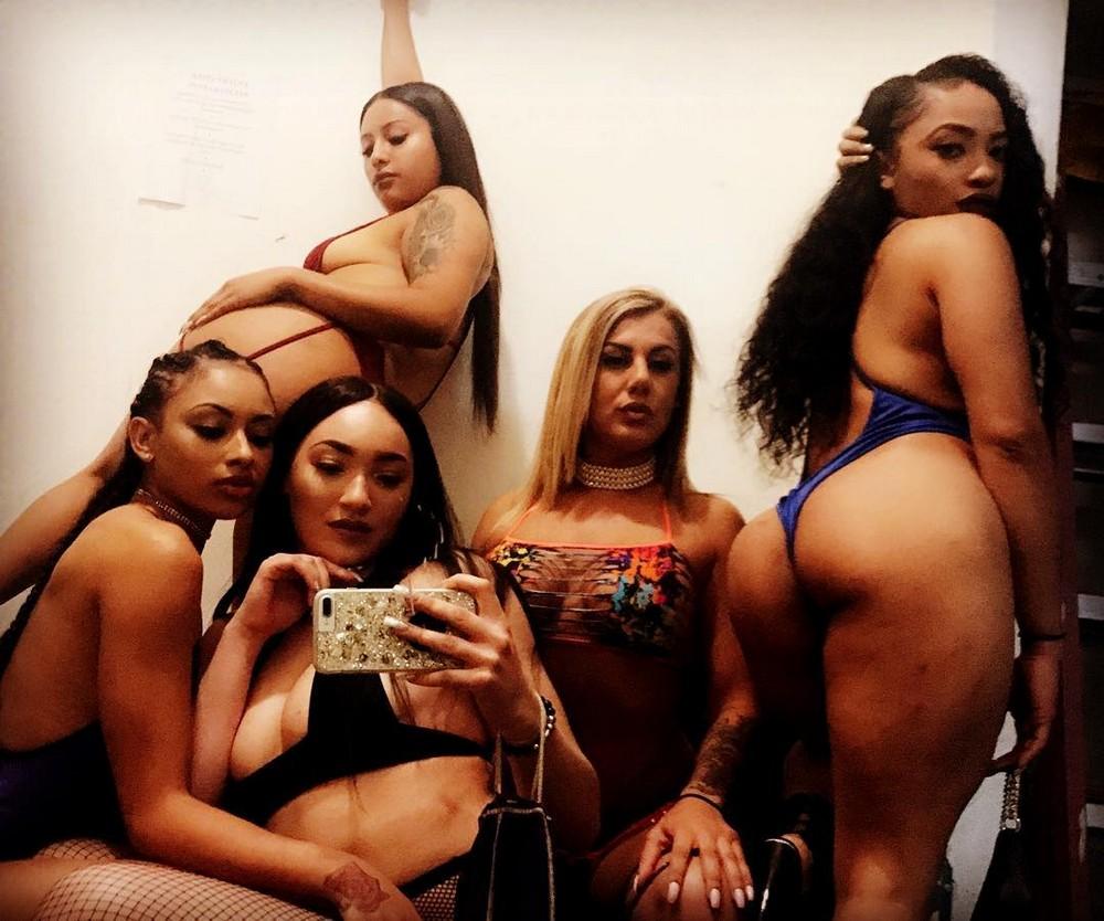 Stripper Locker Room: селфи из гримерок стриптизерш