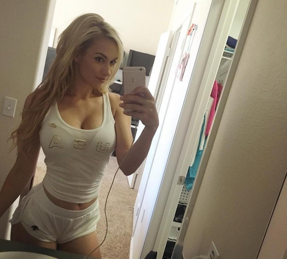 Девушки в коротеньких белых шортиках