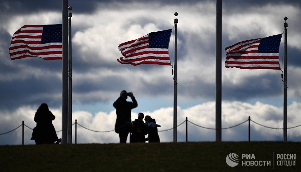 Туристы возле монумента Вашингтона в Вашингтоне, США