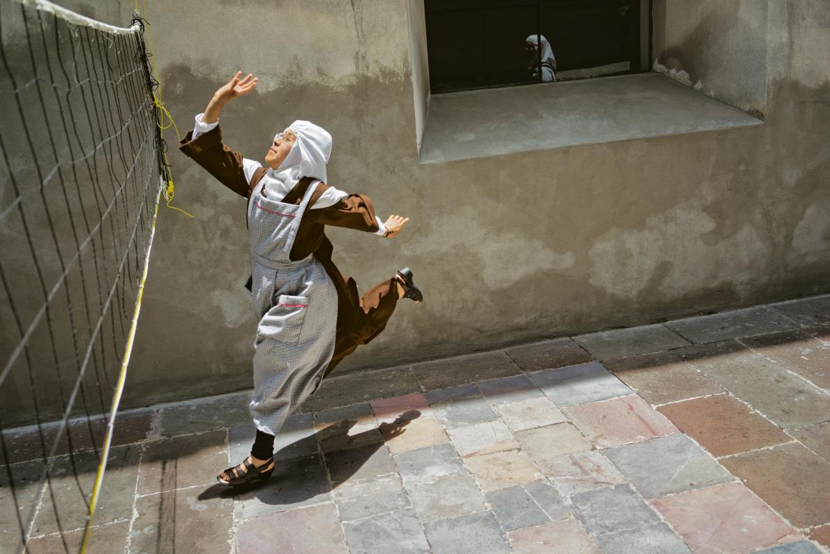 Сестра Рейна Мария играет в волейбол. Дневной спорт позволяет восстановить силы для второй половины