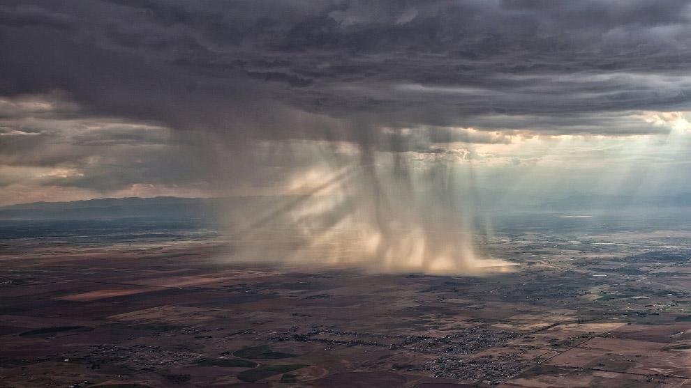 Еще один закат из окна самолета. (Фото NEIL HOWARD):