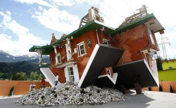Начнём с дома, который выглядит так, будто мимо него пронёсся торнадо и перевернул вверх торм