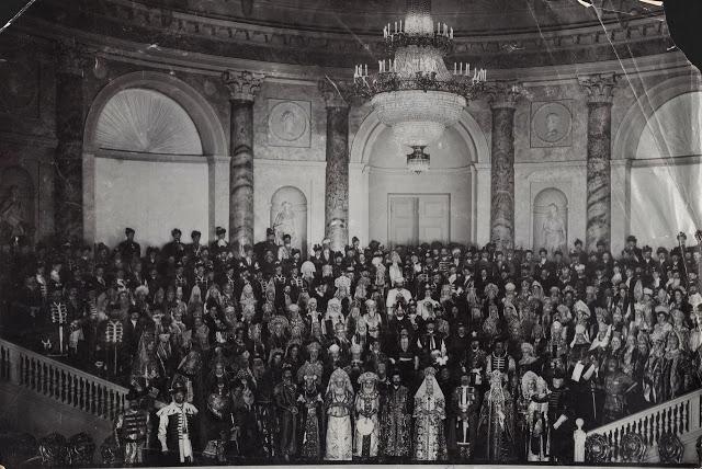 Для бала из Оружейной палаты Московского Кремля было выписано 38 подлинных предметов царских костюмо