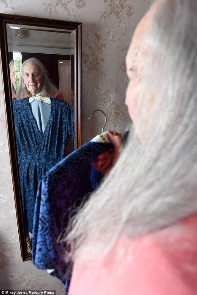 90-летний пенсионер начал принимать гормоны, и его пол в медицинских записях сменили на женский. «В