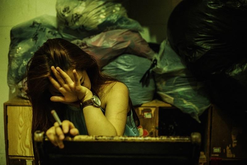 Фотограф добавляет: «Так как это китайский клуб, то в раздевалке очень накурено. В Китае можно курит
