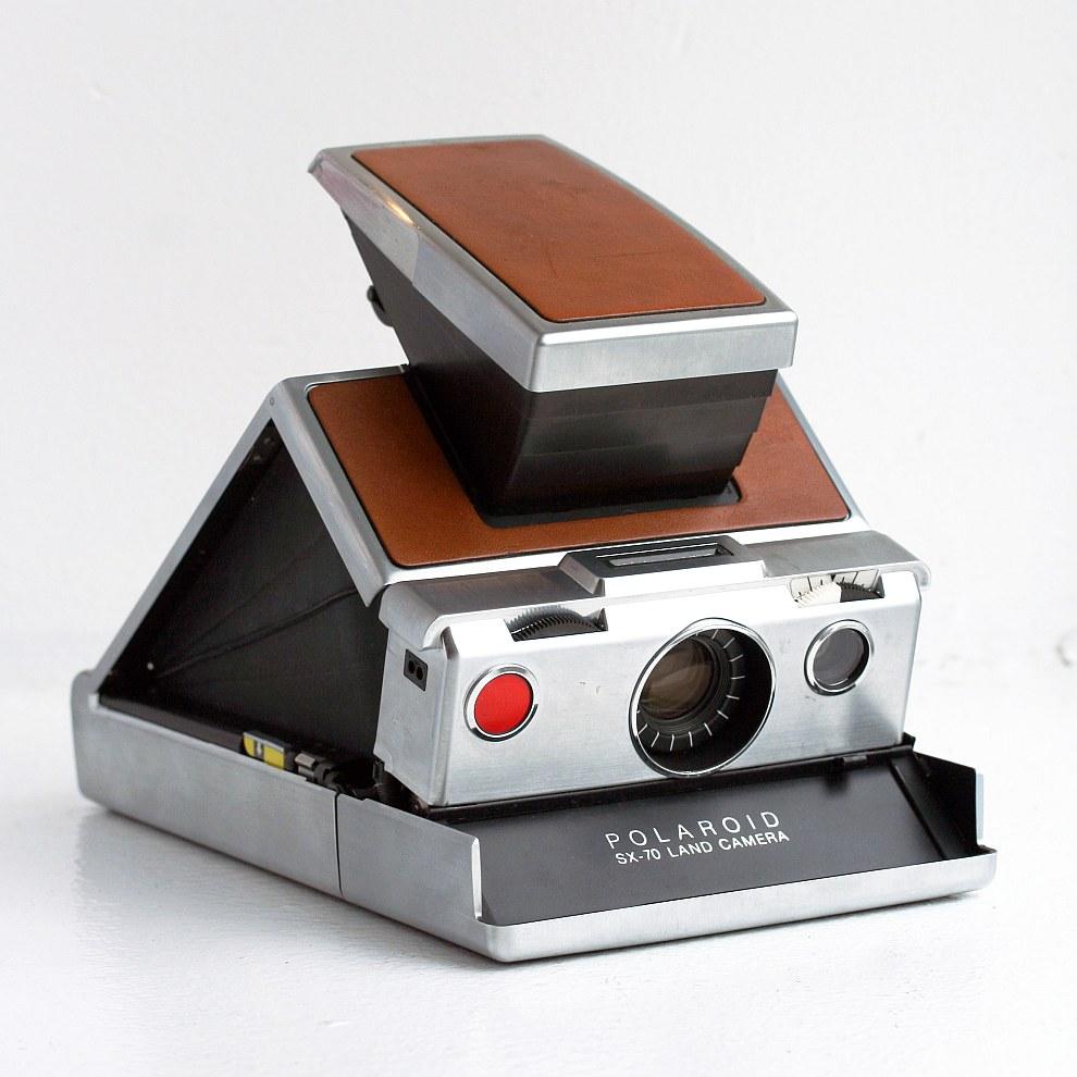 В предыдущих моделях Polaroid фотограф должен был самостоятельно удалять слой негатива с фотогр
