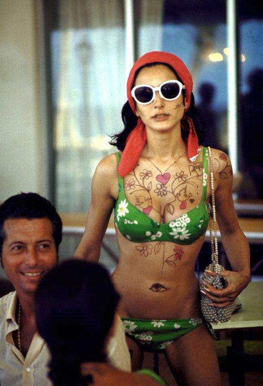 29. Модель Нэти Абаскал демонстрирует узор на груди и животе, Багамы, 1968 г. (Bill Eppridge—Time &