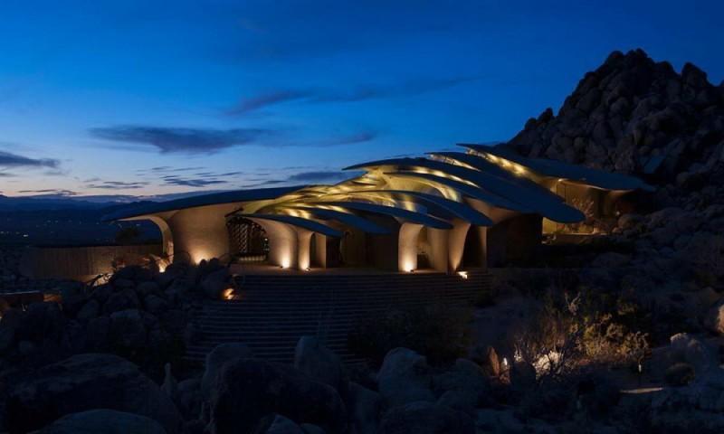 Оазис в пустыне, Калифорния, США Этот странный дом, напоминающий издалека кучу сухих листьев, распол