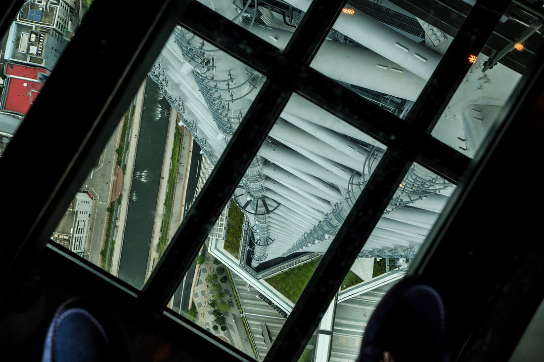 Кажется, у девушки небольшой стресс. Стеклянный пол телебашни в Шанхае, Китай, на высоте 468 метров
