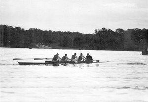 Гоночная лодка у финиша.