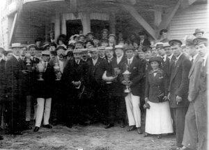 Члены гребного кружка с кубками в руках; в центре - А.Д.Макферсон