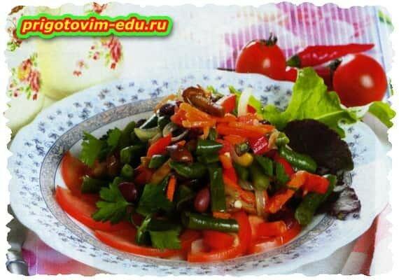 Теплый салат с фасолью и опятами