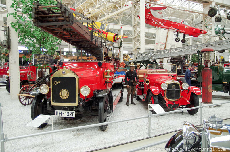 Пожарная техника из 1920-х годов. Daimler-Benz Feuerwehr 1928 с Metz-Drehleiter DS-25 слева, машина для перевозки личного состава Delahaye Mannschaftstransporter справа