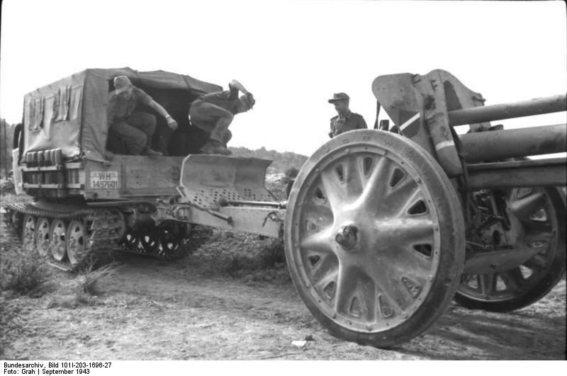 Albanien, Kanone hinter Raupenschlepper Ost