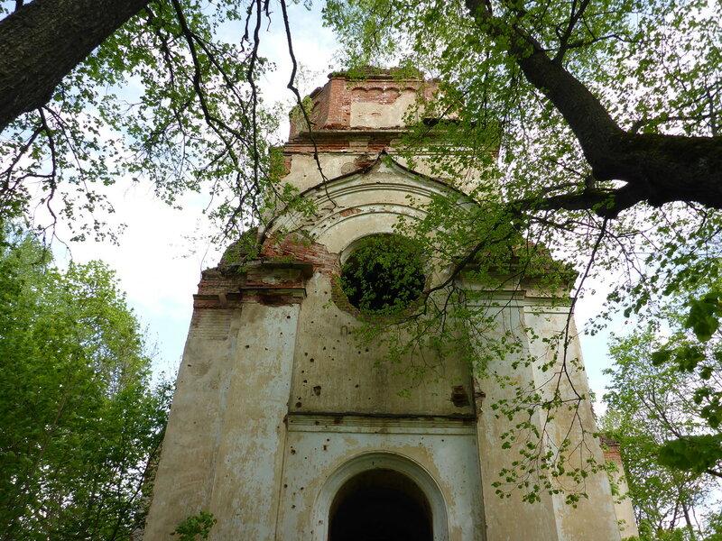 Заброшенная церковь в деревне Югостицы