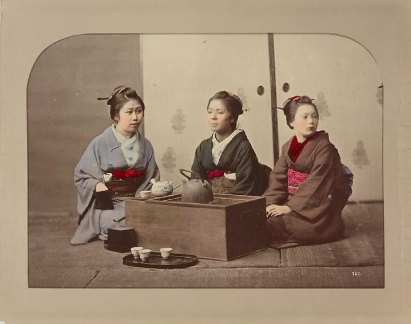 Молодые девушки пьют чай