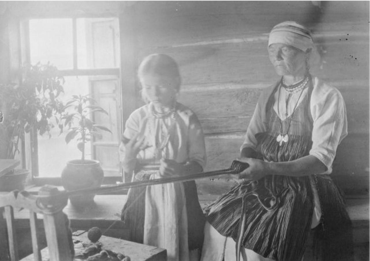 Женщина за изготовлением ремней
