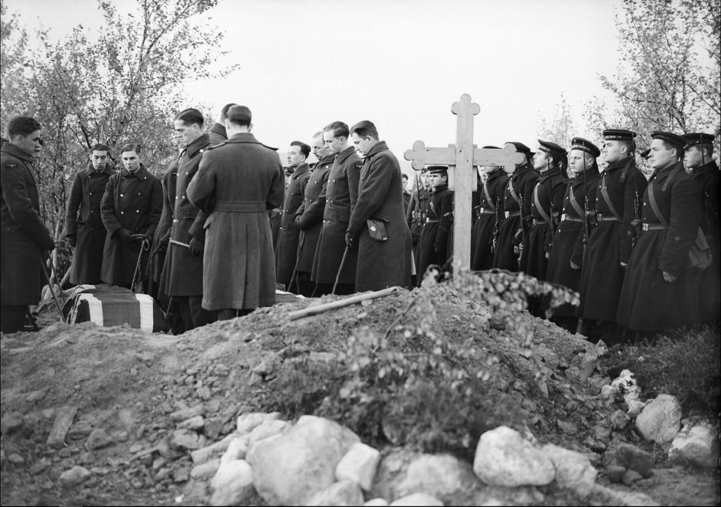 Летчики RAF опускают гроб сержант-пилота Н. Смита 81-ой эскадрильи RAF (слева) в могилу на российском военно-морском кладбище в Североморске. Смит, убитый 12 сентября 1941 года, стал первой жертвой RAF в России