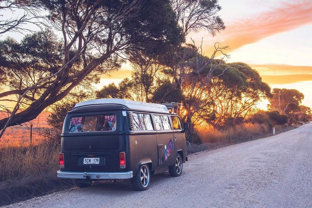 Люди, путешествующие в фургонах
