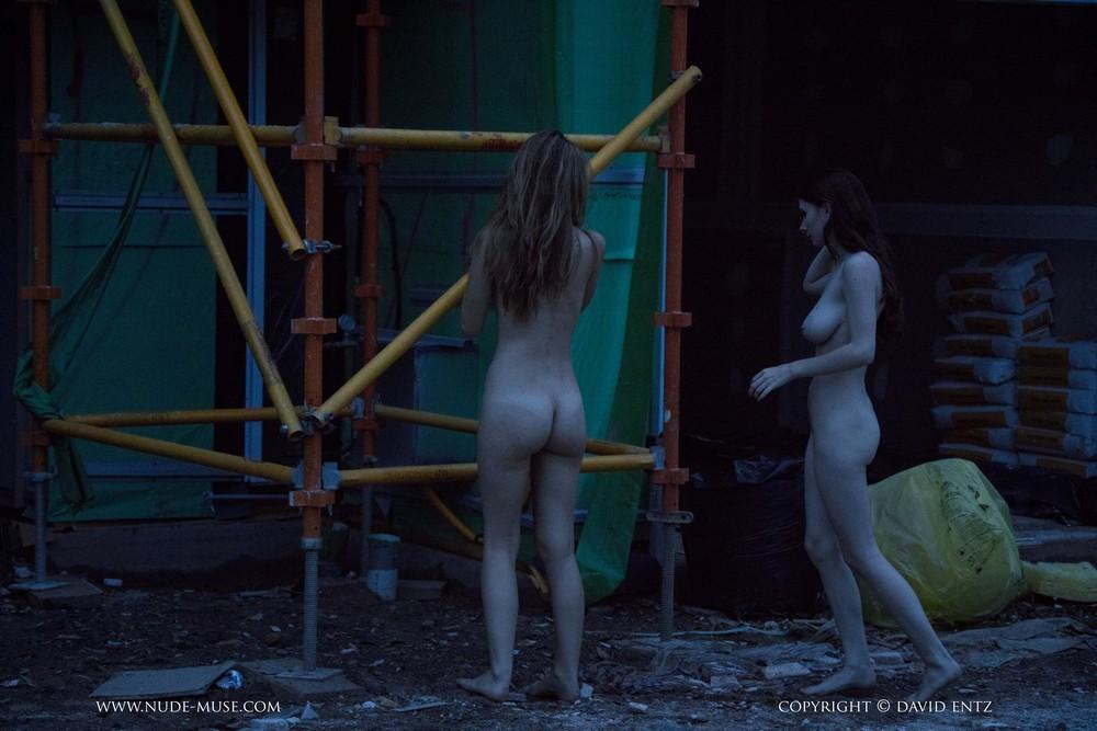 Голые Evelyn и Penni на стройке