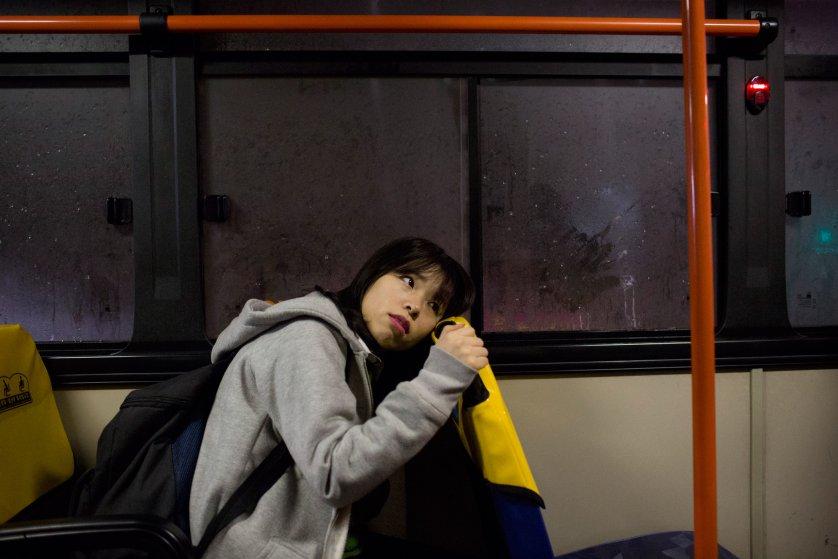 Кьёнг-ок едет в автобусе из школы домой в половину восьмого вечера. В Южной Корее занятия часто прох