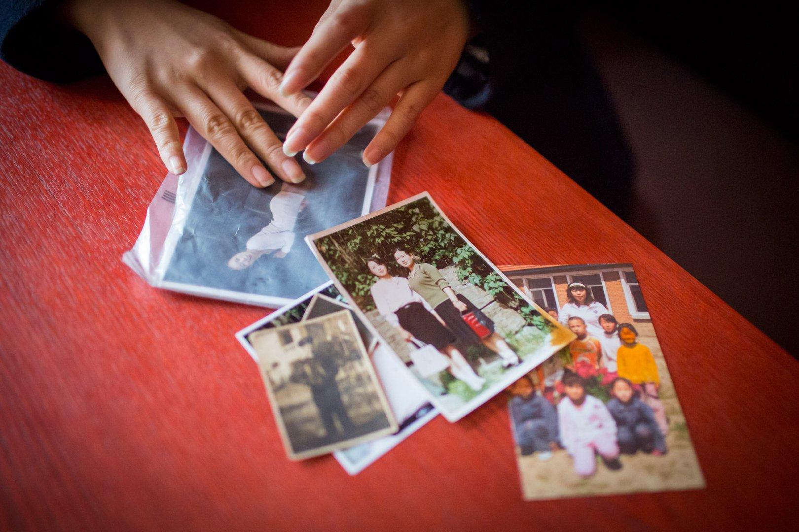Кьёнг-ок показывает фотографии из путешествия из Северной Кореи в Китай, Вьетнам и Камбоджу в малень