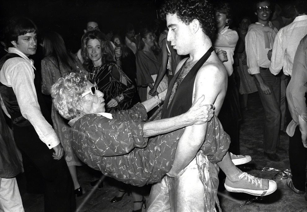 Женщина, известная как Disco Granny («Диско-бабушка»), танцует с молодым парнем в Studio 54, около 1