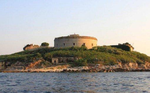 Эта удивительная венгерская военная крепость была возведена в 1853 году и, хотя сегодня она является
