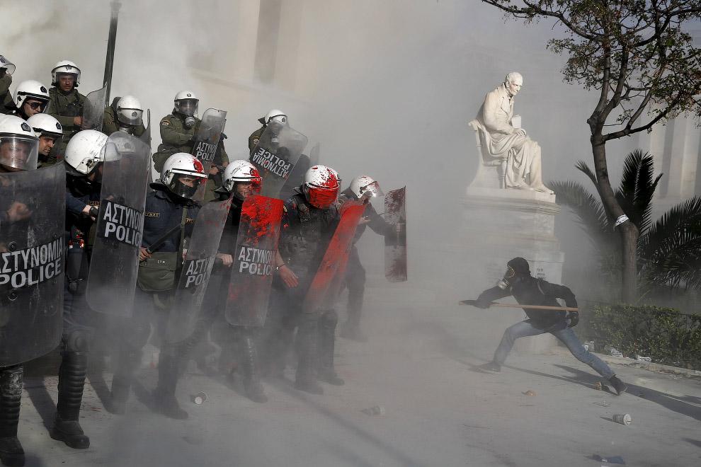 9. Одну руку вперед — и был бы Бетменом. Протесты в Тайбэе, 21 марта 2004. (Фото Thomas White |