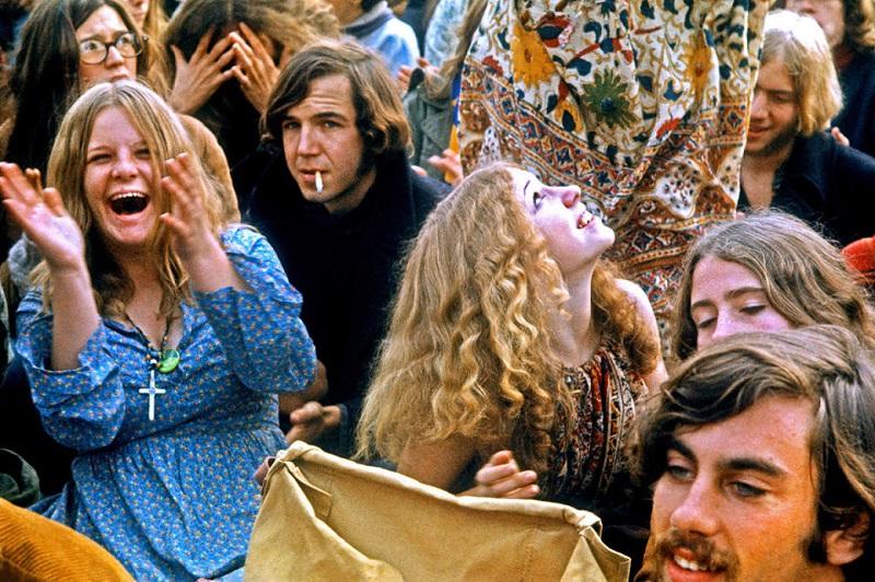 Девушка топлесс наслаждается песнями Led Zeppelin на музыкальном фестивале в Великобритании, 1979 го