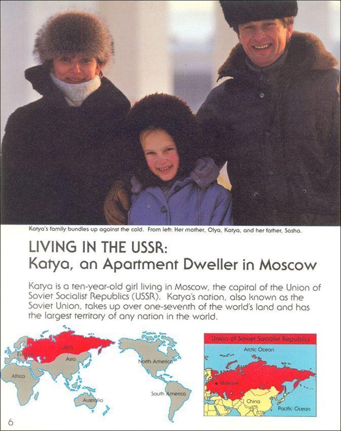 Слева направо — мама Ольга, Катя и папа Саша. Катя — 10-летняя девочка из Москвы, столицы СССР. Ее р