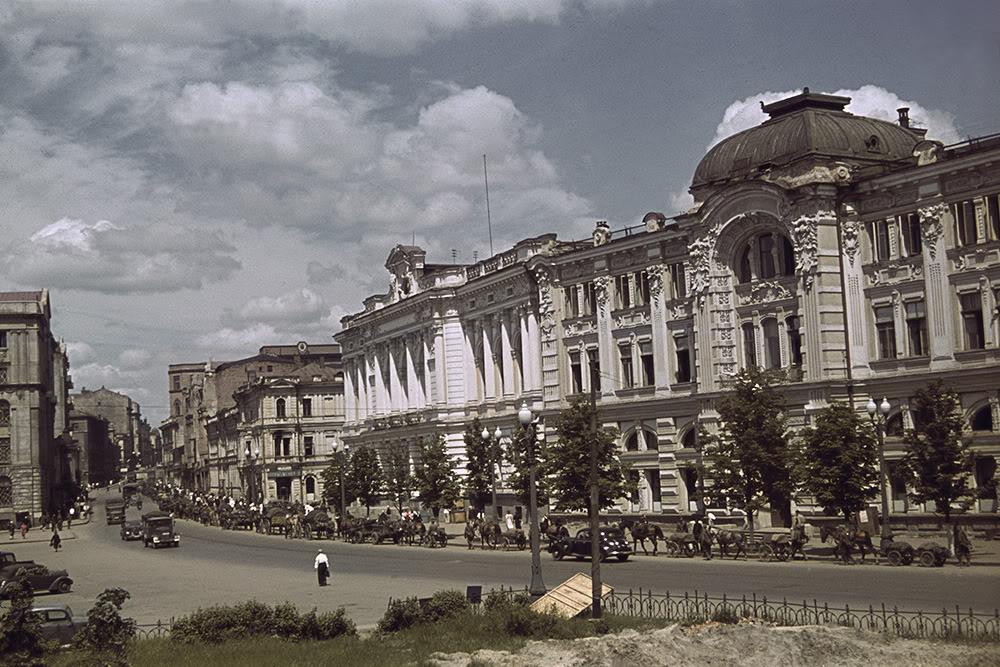 24. Площадь Тевелева (ныне площадь Конституции) и вид на начало улицы Сумской. На переднем плане — Д