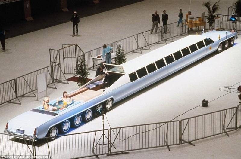 """Небесно-голубой кадиллак """"Эльдорадо"""" 1982 года пришлось здорово удлинить, чтобы он превратился в пол"""