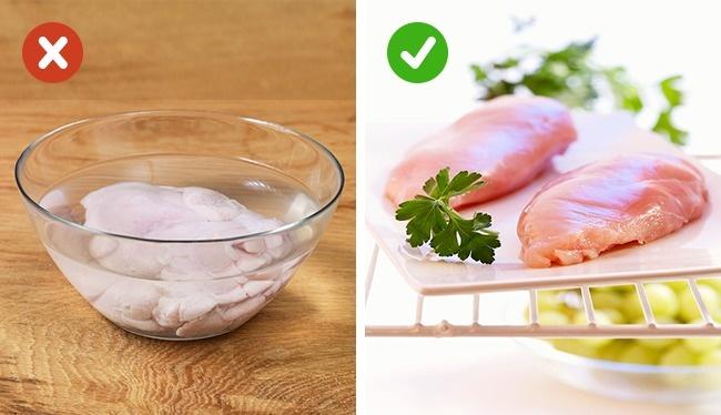 © stockfood  © stockfood  Мясо стоит размораживать заблаговременно. Для этого его нужно