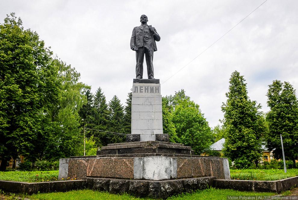 6. Справа и слева от Ленина стоят добротные здания, многое в этой жизни повидавшие. Велика веро