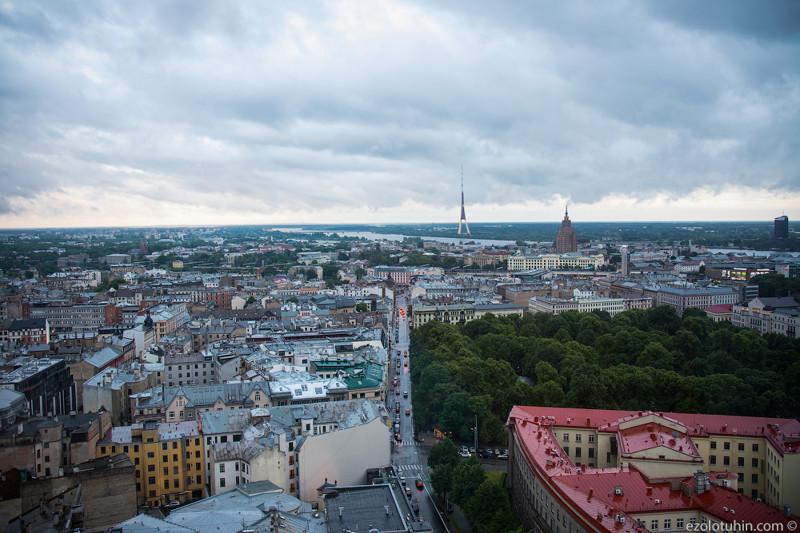 В городе есть еще одна смотровая в здании Академии наук(сталинское высотное здание на фото), но она