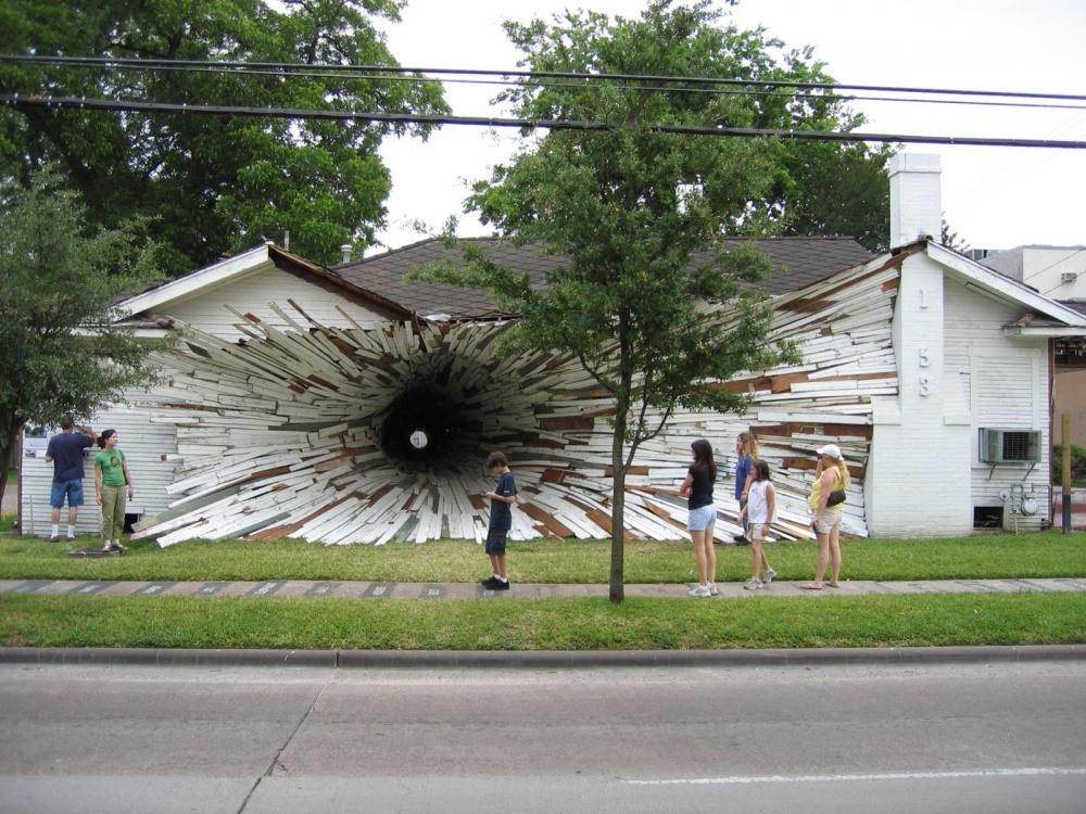 Наместе двух обветшалых домов вХьюстоне в2005 году появилась черная дыра! Это— удивительное твор