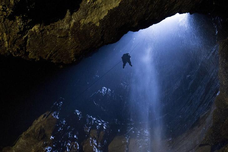1. Около городка Инглтон в Англии, на глубине 100 метров находится самая большая пещеру в Брита