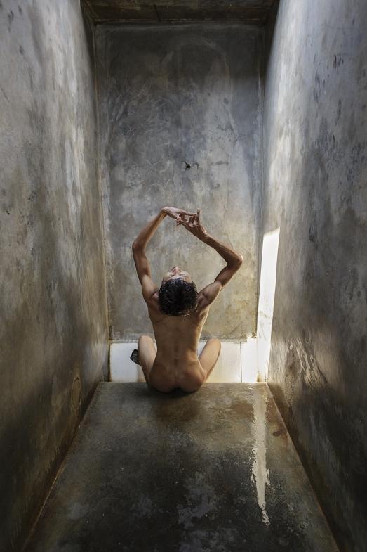 Агус поет в своей клетке, сопровождая пение странными танцевальными движениями.
