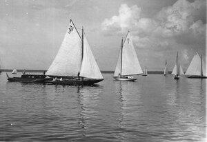 Яхты во время соревнований в Финском заливе; на переднем плане яхты 7А (3) и 9А(1)