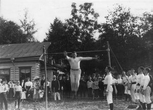 Гимнастические упражнения членов общества Пальма на турнике