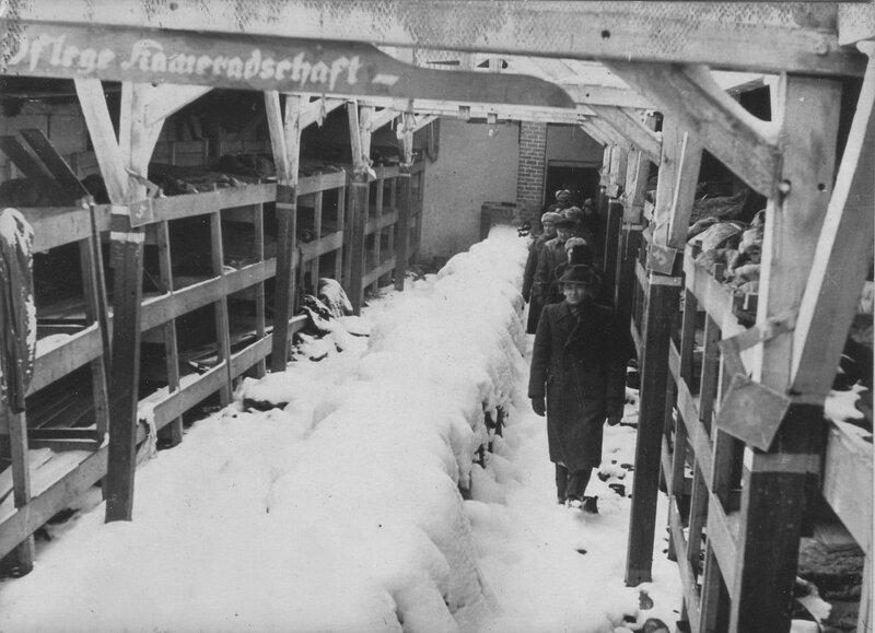Советские офицеры в одном из бараков концлагеря Освенцим