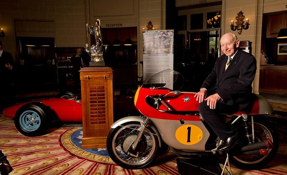 Легендарный гонщик Джон Сёртис ушел из жизни в возрасте 83 лет