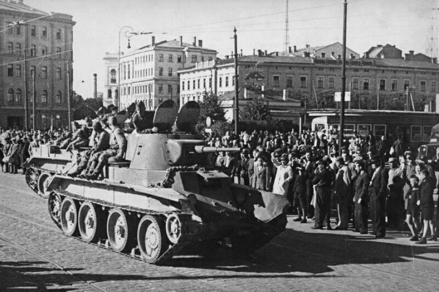 Части РККА входят в Ригу. 17 июня 1940 года.
